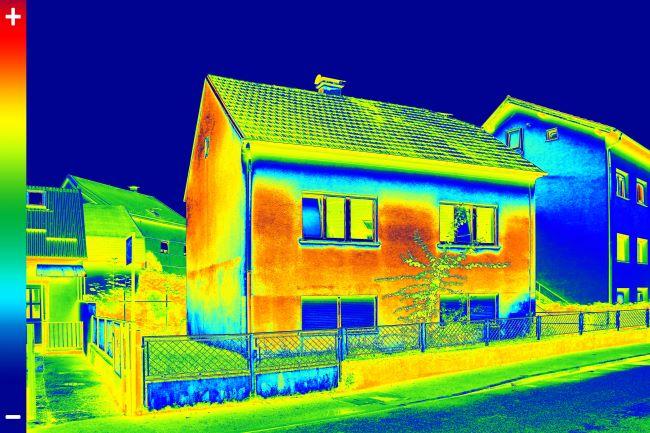 בדיקות תרמיות של מבנים ופאנלים סולאריים באמצעות רחפן